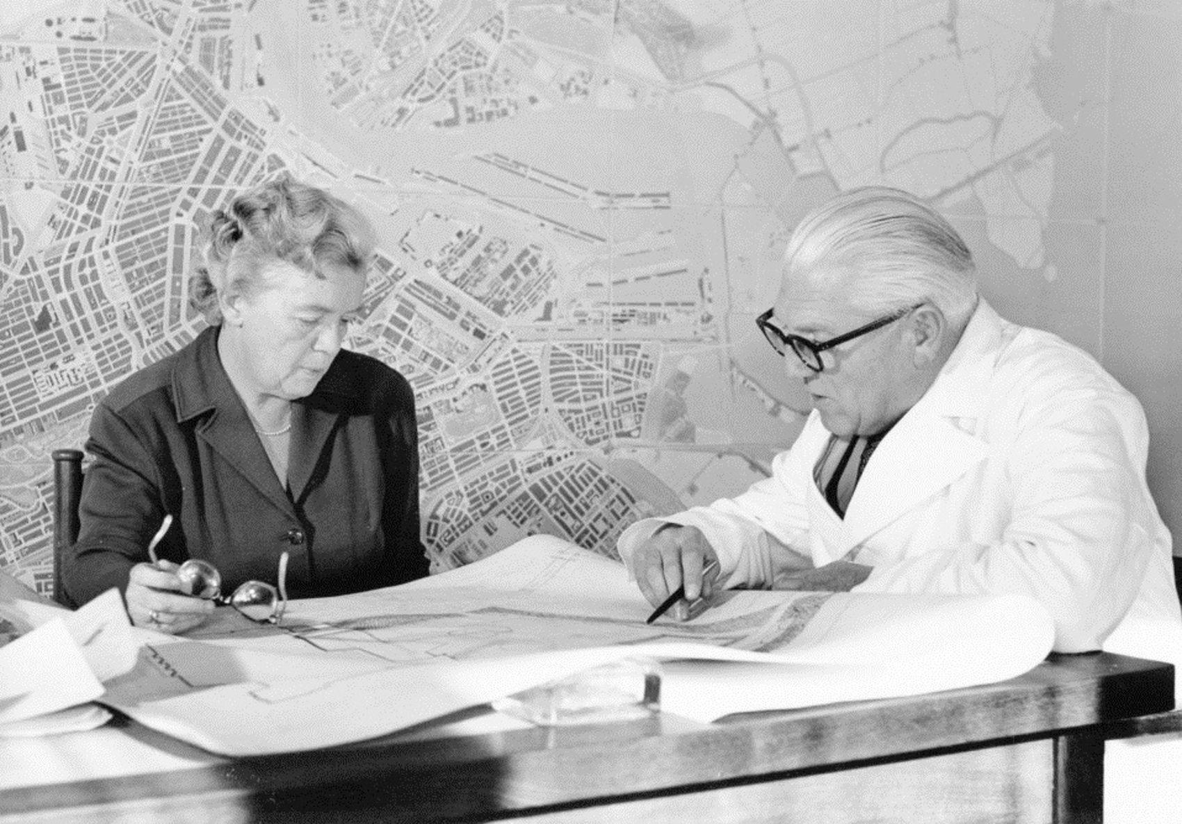 Stedenbouwkundigen Jacoba Mulder en Cornelis van Eesteren in 1958
