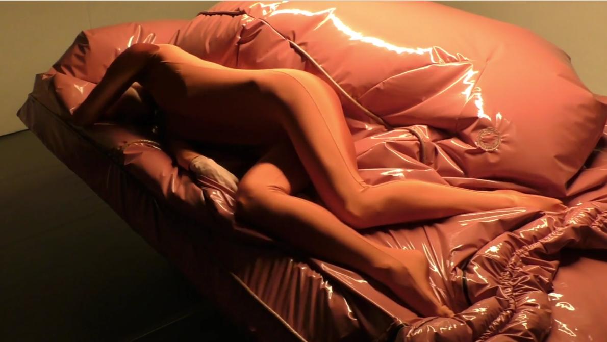 Screenshot van de video 'Lucy McRae, Compression Cradle, I See That I See What You Don't See', door Het Nieuwe Instituut